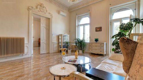 Intarziás bútorok, stukkók és egy modern konyha. Egy 490 milliós ...